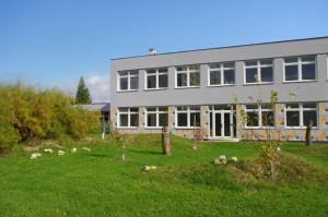 Fotografie školní budovy a zahrady